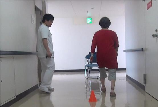 病院の廊下を歩く写真